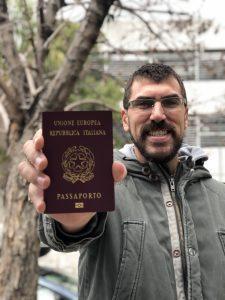 Posando con mi nuevo pasaporte